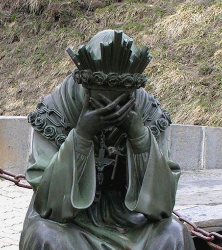 statue de la Vierge en pleurs.