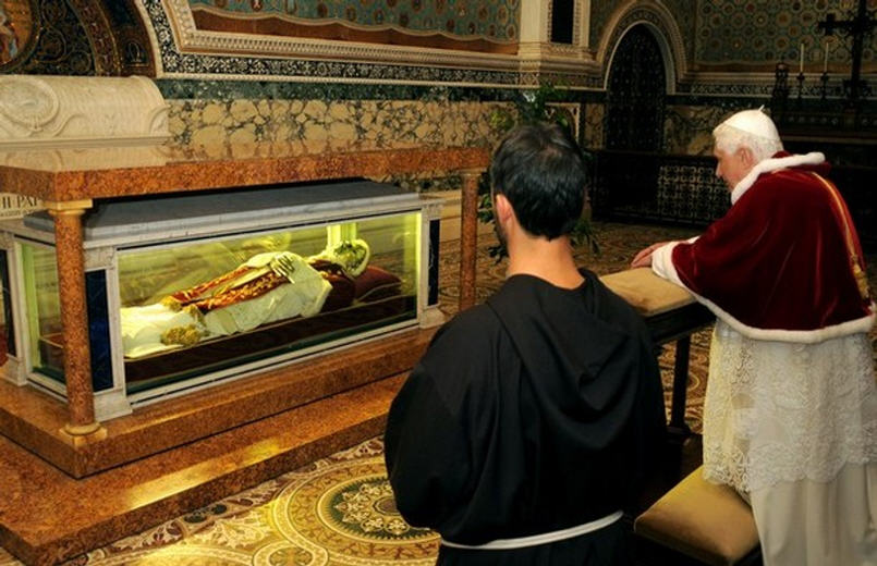 Benoît XVI se recueille devant la chasse de son prédécesseur le Bx Pie IX - 30 nov. 2008