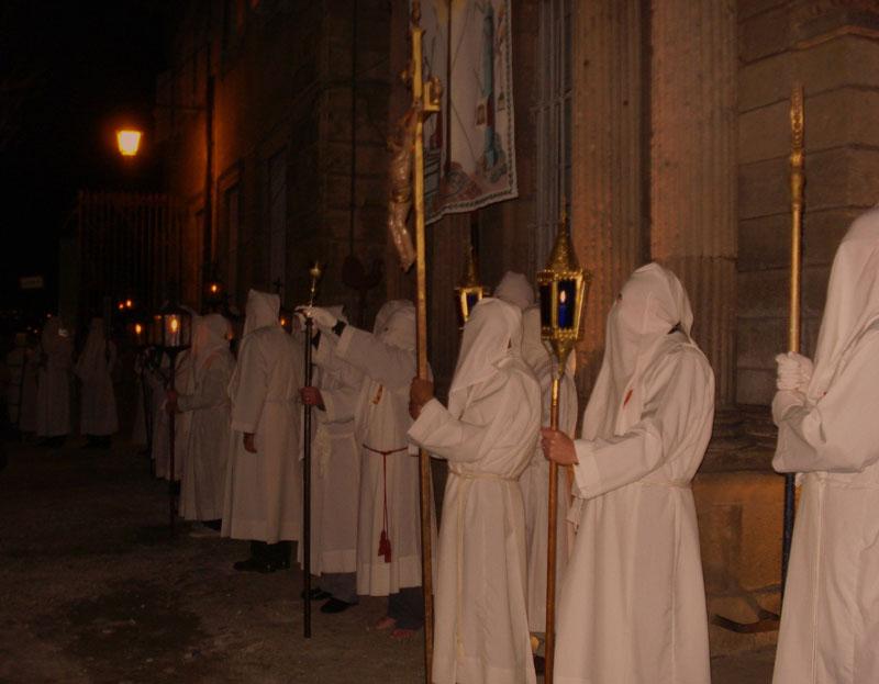 Pénitents blancs du Puy, procession du Jeudi Saint au soir