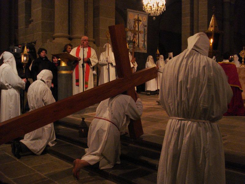 Procession des Pénitents blancs : arrivée à la cathédrale