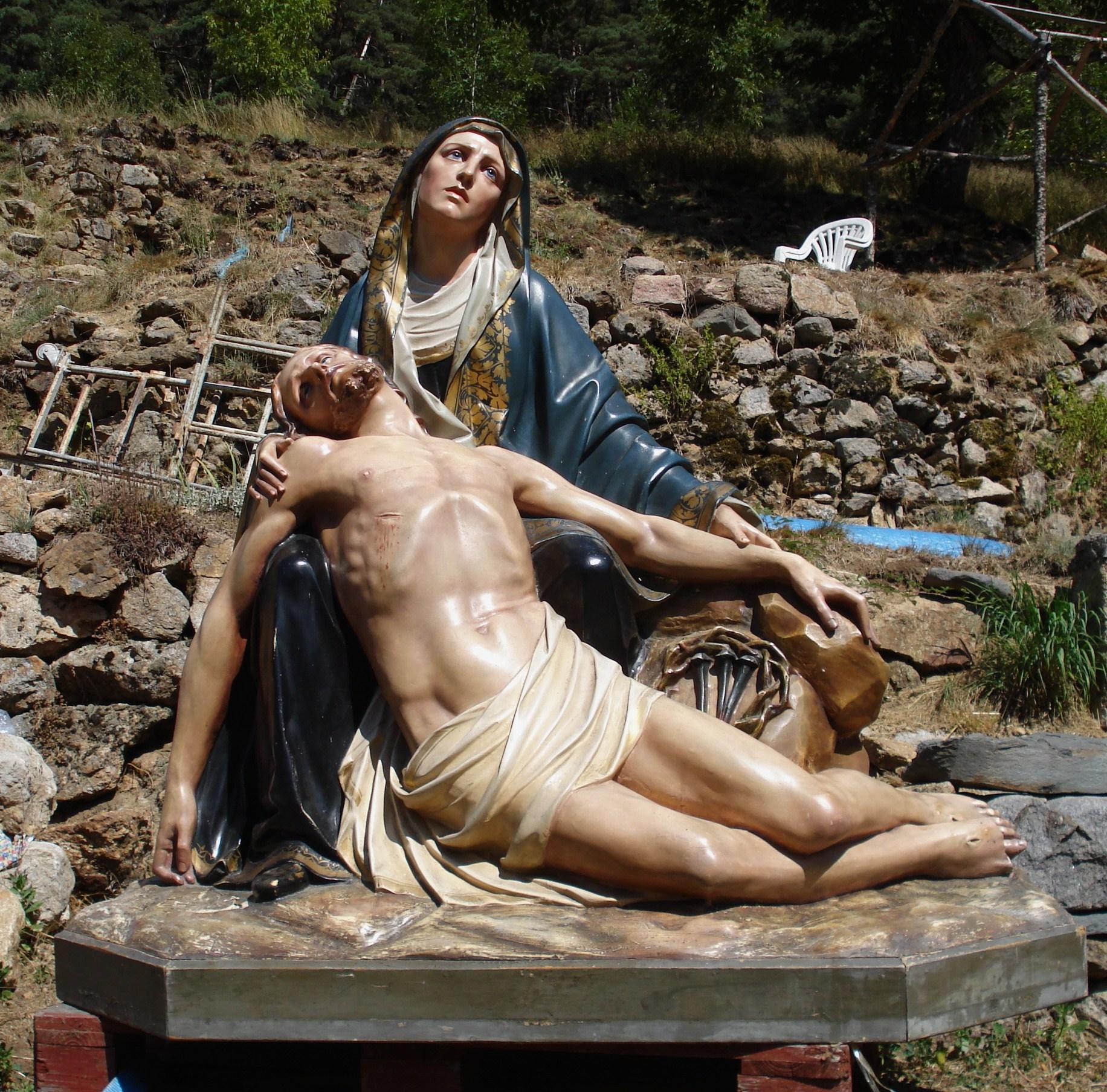 La statue de Notre-Dame de Compassion au pied du petit promontoire sur lequel sa chapelle est prévue