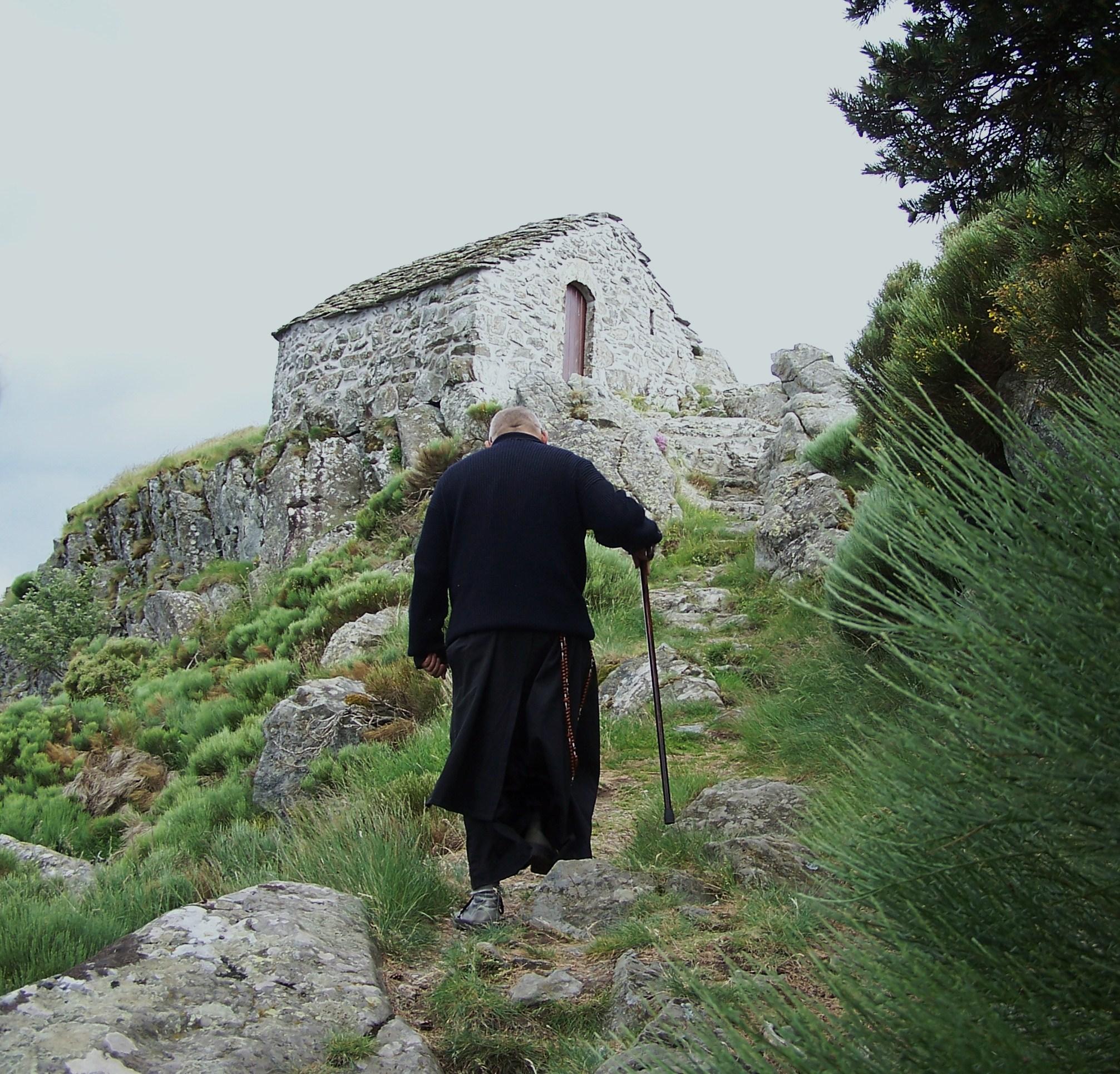 Frère Maximilien-Marie montant à la chapelle Saint-Julien de Soutron
