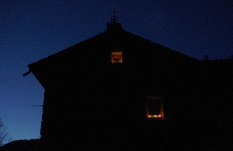 La façade est du Mesnil-Marie à la tombée de la nuit le 8 décembre