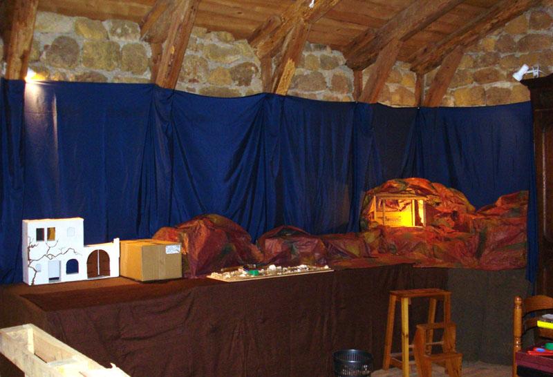 Préparatifs de la crèche dans la Salle Saint-Augustin.