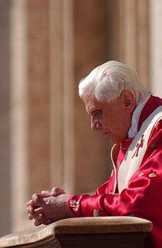 Notre saint-Père le Pape Benoît XVI en prière