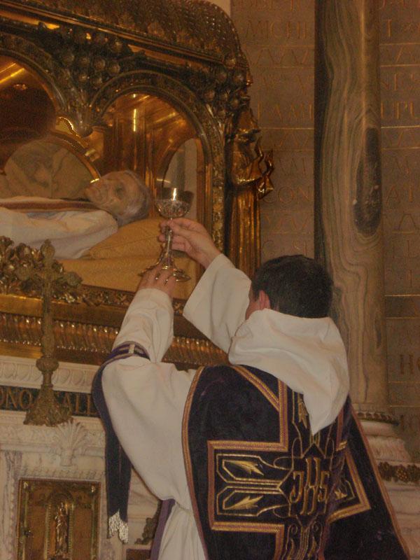 Messe à l'autel de la chasse du Saint Curé d'Ars