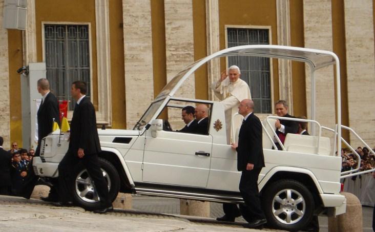 A l'audience générale du mercredi 14 avril 2010 le Saint-Père se tourne vers nous et nous bénit.
