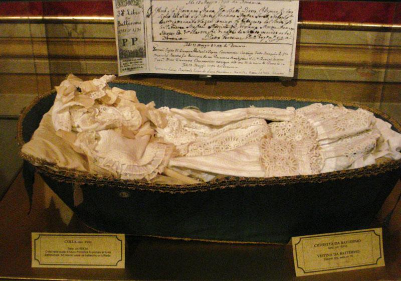 Couffin, robe de baptême et fac-similé de l'acte de baptême du Bienheureux Pie IX