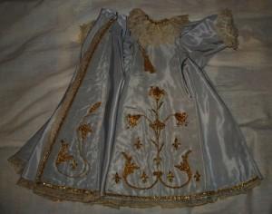 Robe en satin brodée de fils d'or et dentelles au point d'Alençon (Mesnil-Marie)