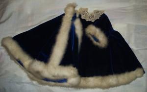 Robe en velours bordée de duvet et dentelle au point d'Alençon (Mesnil-Marie)