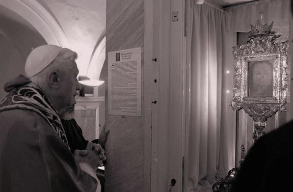 2013-20. Où le Maître-Chat rappelle l'admirable et merveilleuse simplicité du droit divin qui régit l'Eglise. dans Chronique de Lully benoit-xvi-pelerinage-a-la-ste-face-manopello