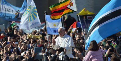 2013-42. «On peut se demander si cette omniprésence médiatique du Pape ne contribue point à distraire ou à refroidir la foi du catholique.» dans Commentaires d'actualité & humeurs pape-francois-bain-de-foule