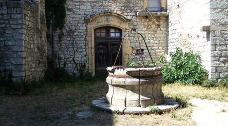 commanderie-de-jales-puits-de-la-cour-dhonneur Velay