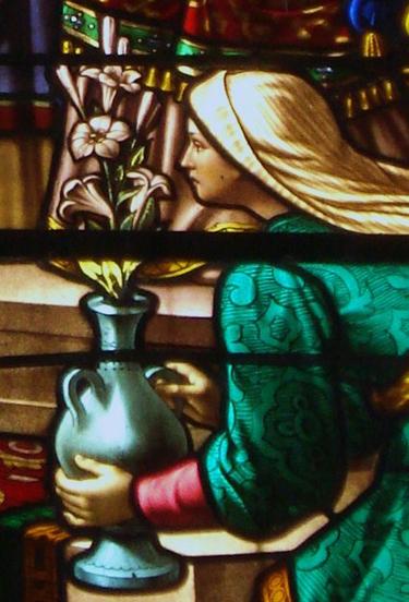 Les lys, symboles de la perpétuelle virginité vouée par Marie à sa Présentation (église Saint-Martin de Vals-les-Bains)