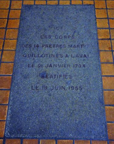 basilique-notre-dame-d-avesnières-dalle-recouvrant-les-corps-des-martyrs-depuis-leur-béatification-en-1955