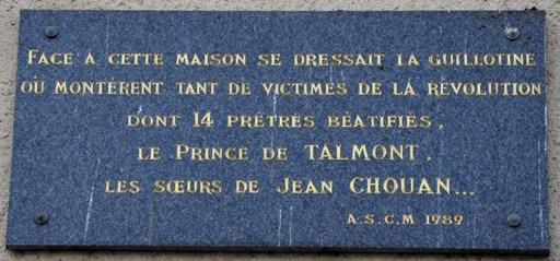 plaque-apposée-place-de-la-trémoille-en-1989-en-souvenir-des-14-prêtres-martyrs