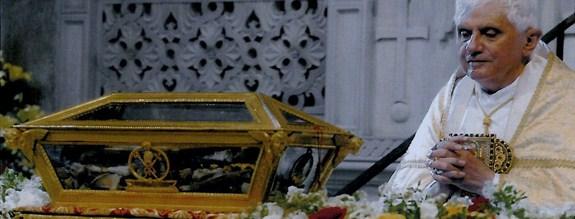 Benoît XVI vénérant les reliques de St Augustin à Pavie