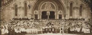 Le Cardinal Pacelli et le clergé, à Lourdes le 28 avril 1935