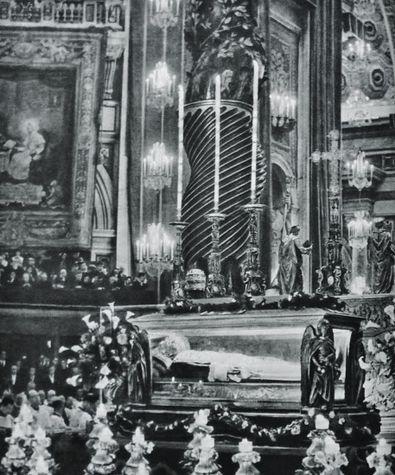 Exposition de la chasse de St Pie X devant le maître autel de St Pierre après la canonisation