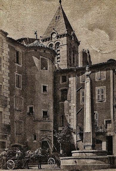 Privas tour Diane de Poitiers et fontaine marquant l'emplacement de la guillotine