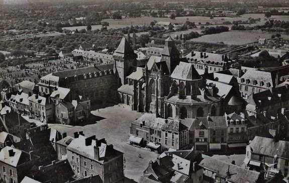 Evron la basilique et les bâtiments abbatiaux