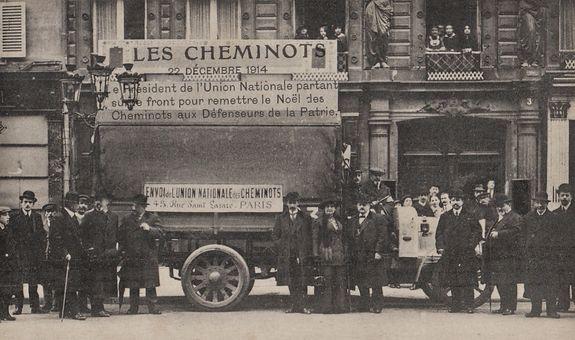 Noël 1914 - cheminots portant cadeaux aux soldats