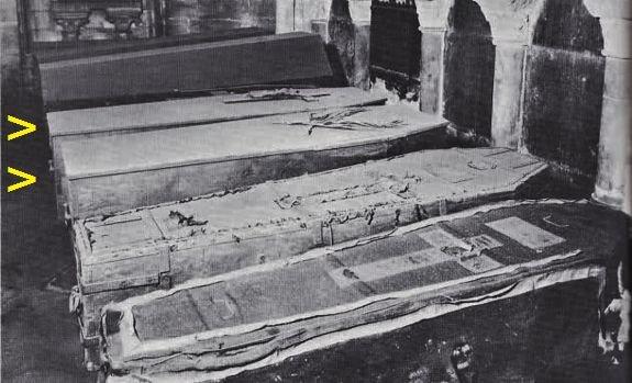 Cercueils de Louis XVI et Marie-Antoinette à St-Denis état avant 1975