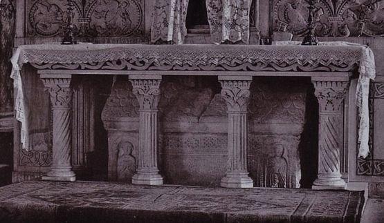 Maître-autel avec le sarcophage de Saint Andéol (église de Bourg-Saint-Andéol autrefois)