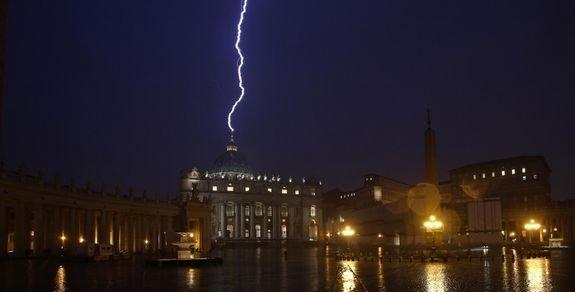 11 février 2013 - foudre sur la basilique Saint-Pierre