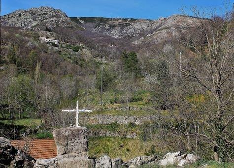 Lamadès - la pierre de Saint Bénézet au bord de la route