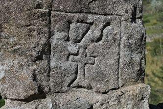 Lamadès - la pierre de Saint Bénézet gros plan