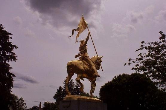 Statue de Sainte Jeanne d'Arc au soir tombant