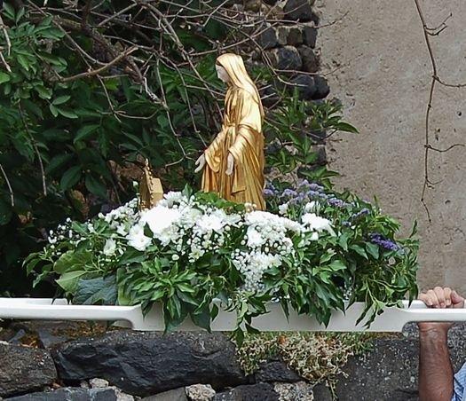 Ceyssac 15 août 2015 9 - le brancard avec la Vierge et le reliquaire