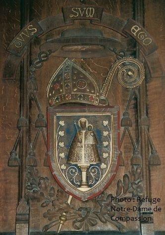 armoiries de Mgr Pie dosseret de son trône à la cathédrale de Poitiers