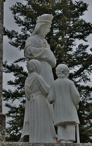 Montusclat - la Croix de l'étoile, statue de la Vierge parlant aux enfants