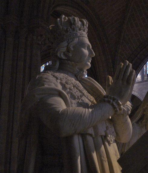 Statue de S.M. le Roi Louis XVI dans le déambulatoire de la basilique de Saint-Denys