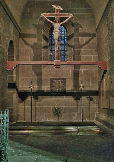 Pierre des fièvres & chapelle du Crucifix
