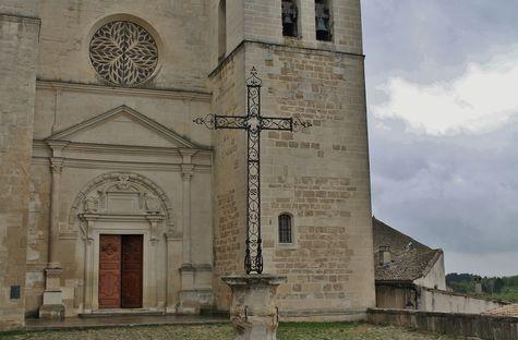 Grignan - parvis et portail de la collégiale