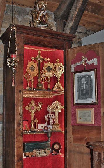 Sacellum reliquiarum dans l'oratoire du Mesnil-Marie