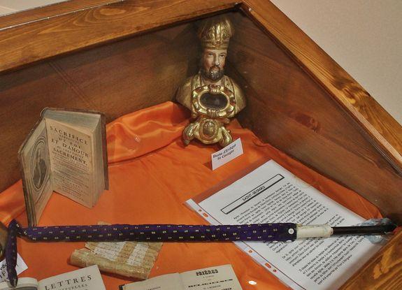 Vitrine renfermant le bâton de Saint Pierre - soeurs de l'Enfant Jésus le Puy