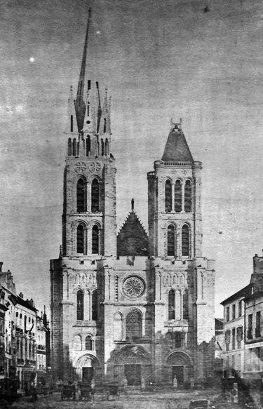 Basilique Saint-Denys façade photographiée avant le démontage de la tour nord