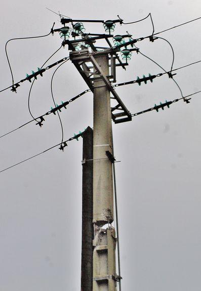 Pylône endommagé par la tempête et provisoirement réparé