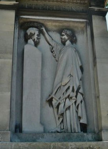 Tombe de L. Cherubini au Père Lachaise - la musique couronnant le buste de Cherubini