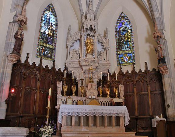 Fresneau le maître-autel prêt pour la Sainte Messe tridentine