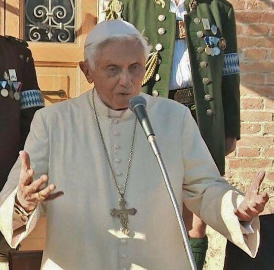 90 ans de Sa Sainteté le Pape Benoît XVI