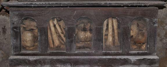 Châsse en bois dans la crypte de la chapelle des saints os