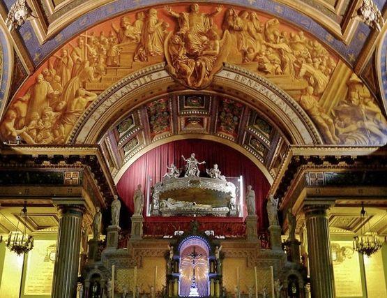 châsse de saint Vincent de Paul au-dessus de l'autel rue de Sèvres