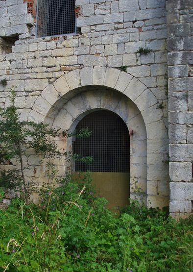 Jalès porte de la chapelle