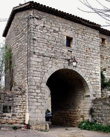 Jalès vestiges du porche fortifié