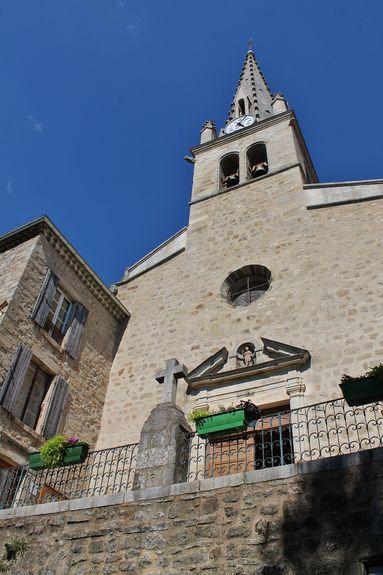Joyeuse parvis de l'église Saint-Pierre